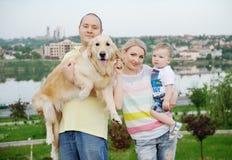 Famiglia con un documentalista del cane Fotografia Stock Libera da Diritti