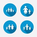 Famiglia con un segno di due bambini Genitori e bambini Fotografia Stock