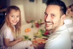 Famiglia in cucina immagini stock