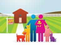 Famiglia davanti alla loro nuova casa Immagine Stock Libera da Diritti