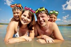 Famiglia degli operatori subacquei Fotografie Stock Libere da Diritti