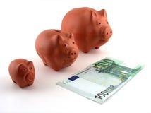 Famiglia dei contenitori di soldi del maiale fotografie stock