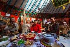 Famiglia dei Kazakhs dei cacciatori con l'interno delle aquile reali di caccia loro il Yurts mongolo immagini stock libere da diritti