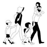 Famiglia dei pantaloni a vita bassa che passeggia Tre bambini Fotografie Stock Libere da Diritti
