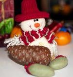 Famiglia dei pupazzi di neve in attrezzature di natale con i fronti sorridenti Immagine Stock