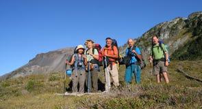 Famiglia dei viaggiatori con zaino e sacco a pelo Fotografie Stock Libere da Diritti