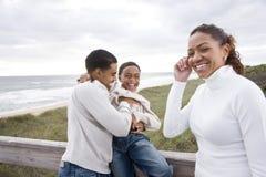 Famiglia del African-American che ride della spiaggia immagine stock