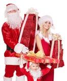 Famiglia del Babbo Natale con il contenitore di regalo della holding del bambino. Immagini Stock Libere da Diritti
