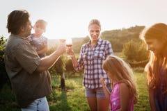 Famiglia del coltivatore del vino in vigna prima della raccolta Immagine Stock