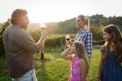 Famiglia del coltivatore del vino in vigna prima della raccolta Immagini Stock Libere da Diritti