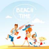 Famiglia del fumetto che cammina sulla spiaggia Immagini Stock Libere da Diritti