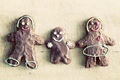 Famiglia del pan di zenzero Fatto a mano nella casa annata Fotografia Stock Libera da Diritti