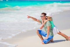 Famiglia del papà e del bambino sulla spiaggia immagini stock libere da diritti