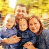 Famiglia del ritratto in carosello immagine stock