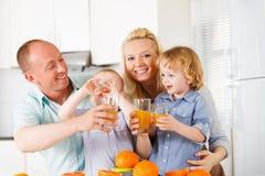 Famiglia del succo d'arancia Fotografia Stock Libera da Diritti