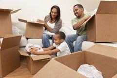 Famiglia dell'afroamericano che disimballa le caselle commoventi Fotografie Stock Libere da Diritti
