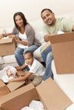 Famiglia dell'afroamericano che disimballa movimento Hom delle caselle Immagini Stock