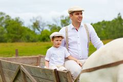 Famiglia dell'agricoltore che guida un carretto del cavallo Immagini Stock Libere da Diritti