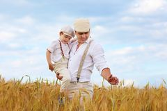 Famiglia dell'agricoltore sul giacimento di grano Immagini Stock