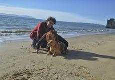 Famiglia dell'uomo, della donna e del cane Fotografie Stock Libere da Diritti