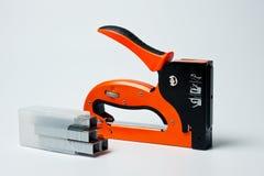 Famiglia della cucitrice meccanica, nuovo, arancio, affidabile con le graffette Immagini Stock