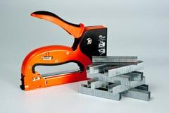 Famiglia della cucitrice meccanica, nuovo, arancio, affidabile con le graffette Immagine Stock