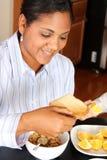 Famiglia della donna che mangia prima colazione Immagine Stock