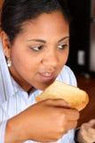 Famiglia della donna che mangia prima colazione immagini stock