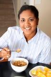 Famiglia della donna che mangia prima colazione Fotografia Stock Libera da Diritti