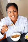 Famiglia della donna che mangia prima colazione immagine stock libera da diritti