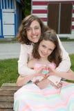 Famiglia della figlia dell'amore materno all'aperto fare cuore con la mano fotografie stock libere da diritti