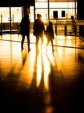 Famiglia della siluetta in aeroporto che prepara per la partenza Fotografie Stock