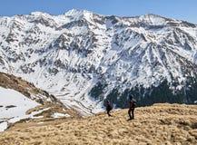 Famiglia delle viandanti nelle montagne Fotografia Stock Libera da Diritti