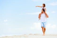 Famiglia dello stroll della spiaggia Immagine Stock