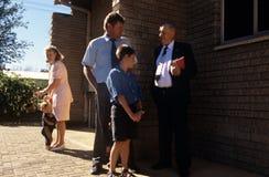Famiglia di afrikaans che va alla chiesa Fotografie Stock Libere da Diritti