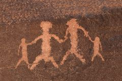Famiglia di arte della roccia del petroglifo fotografia stock libera da diritti