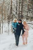 Famiglia di camminata con un bambino La famiglia cammina in natura nell'inverno Passeggiata della famiglia di inverno in natura M fotografie stock