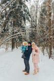Famiglia di camminata con un bambino La famiglia cammina in natura nell'inverno Passeggiata della famiglia di inverno in natura M immagini stock libere da diritti