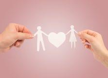 Famiglia di carta in mani Immagini Stock