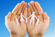 Famiglia di carta in mani Fotografie Stock Libere da Diritti