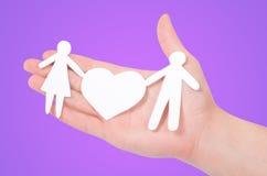 Famiglia di carta in mani Immagine Stock Libera da Diritti
