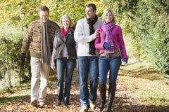 Famiglia di diverse generazioni che gode della camminata di autunno Immagine Stock