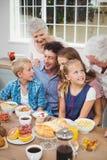 Famiglia di diverse generazioni che mangia prima colazione fotografia stock libera da diritti