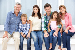 Famiglia di diverse generazioni del ritratto all'aperto Immagini Stock Libere da Diritti