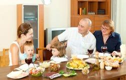 Famiglia di diverse generazioni felice che ha cena di festa immagini stock libere da diritti