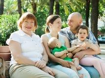 Famiglia di diverse generazioni felice nel giorno soleggiato Immagine Stock