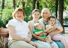Famiglia di diverse generazioni nel giorno di estate Fotografie Stock
