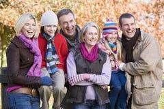 Famiglia di diverse generazioni sulla camminata di autunno Fotografia Stock