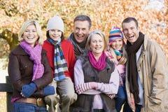 Famiglia di diverse generazioni sulla camminata di autunno Fotografie Stock Libere da Diritti