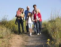 Famiglia di diverse generazioni sulla passeggiata del paese immagini stock